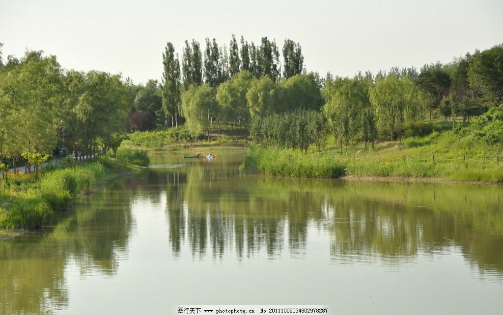 北京森林公园湖水图片