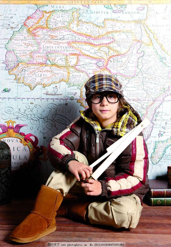 儿童衣服 眼镜 靴子 写字 帽子 时尚 童装 儿童幼儿 人物图库