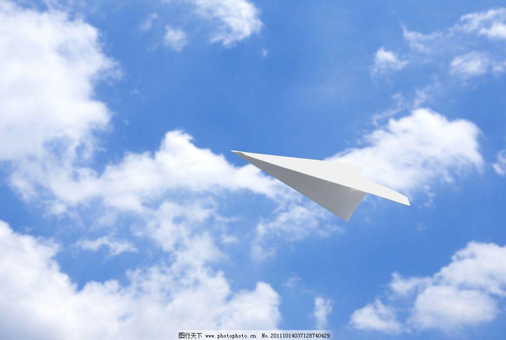 蓝天上飞翔的纸飞机图片