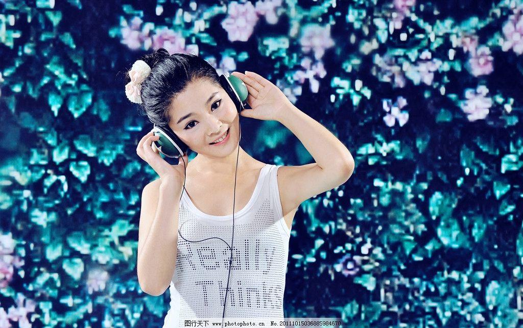 美女写真 可爱 耳机 花墙 蝴蝶 绿色背景 女性女人 人物图库 摄影 300