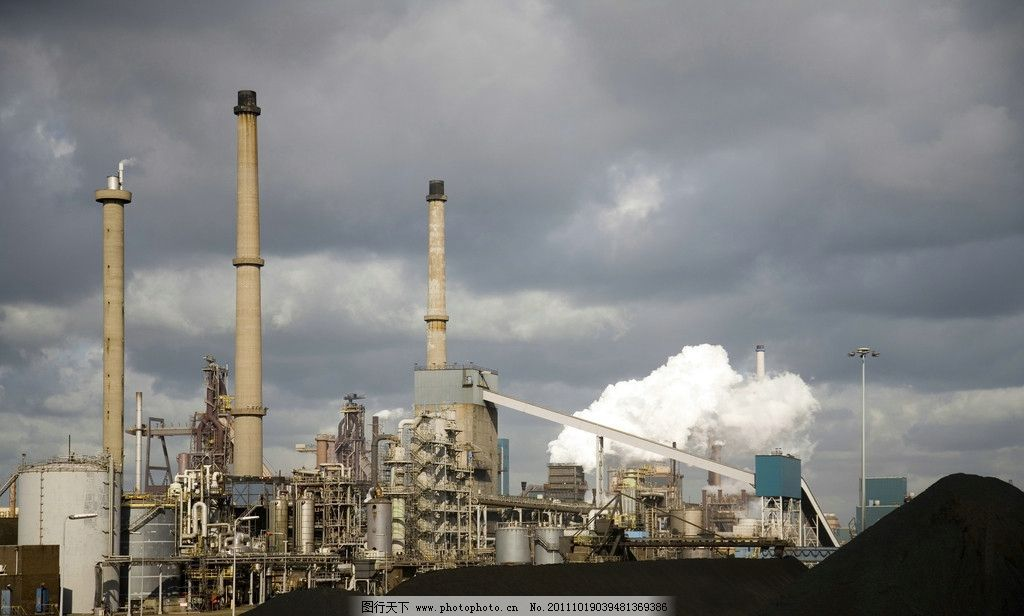 大型工业工厂 工业 工厂 化工 烟筒 烟囱 乌云 设施 设备 厂房 建筑