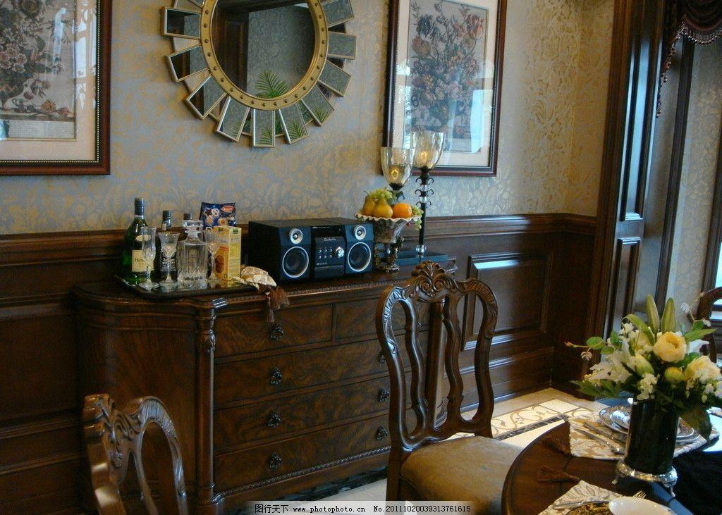 欧式插花 餐厅摆设 餐桌椅 酒柜 复古 餐厅装饰画 木板墙裙 欧式壁纸图片