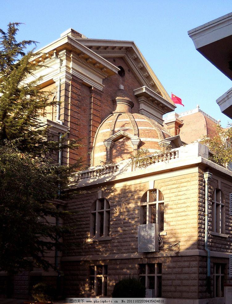 欧式风格 建筑艺术 建筑装饰 外檐装饰 拱形窗 穹顶 树荫 天津老教堂