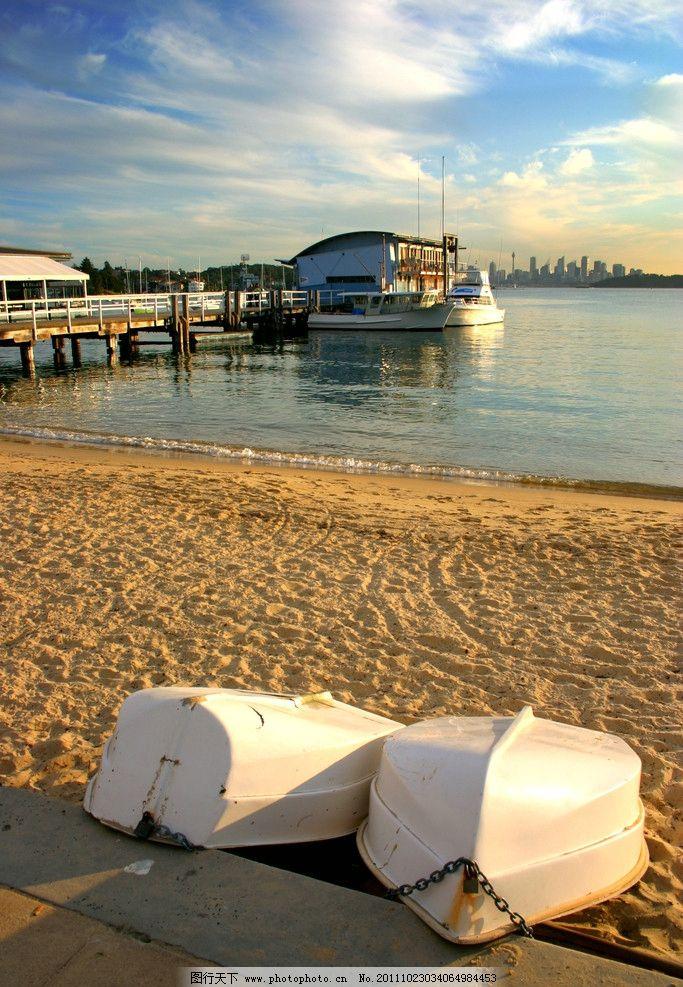海边沙滩小船图片