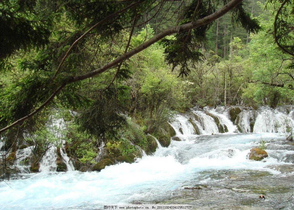 九寨沟美丽小溪瀑布