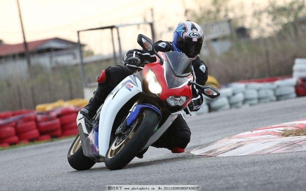 本田摩托车 本田 摩托车上 比赛 赛道 驾驶 公路 头盔 交通工具 现代