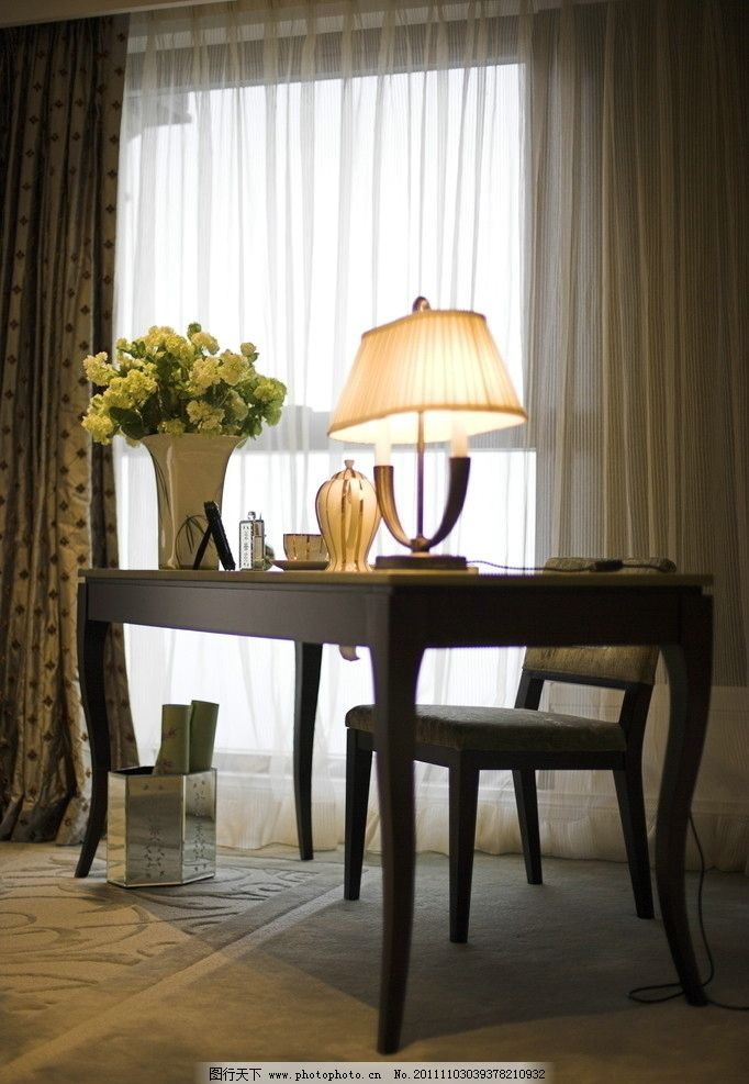 书桌 欧式书桌 艺术瓶花 台灯 椅了 白色纱窗帘 欧式花纹遮阳窗帘等