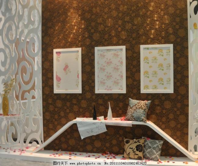 橱窗设计 家居生活 欧式橱窗 欧式壁纸 黑白花瓶 欧式花纹靠枕 花瓣