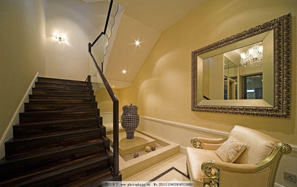 楼梯过道 扶梯 木地板 休闲沙发凳 欧式装饰镜 摆件 室内摄影