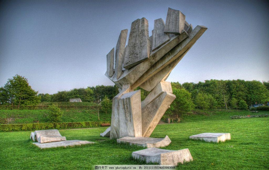 公园里岩石雕塑 大理石 前卫 绿色草地 国外旅游 旅游摄影 摄影