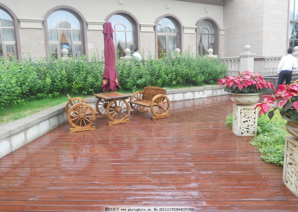 小区小品 欧式木椅木桌图片