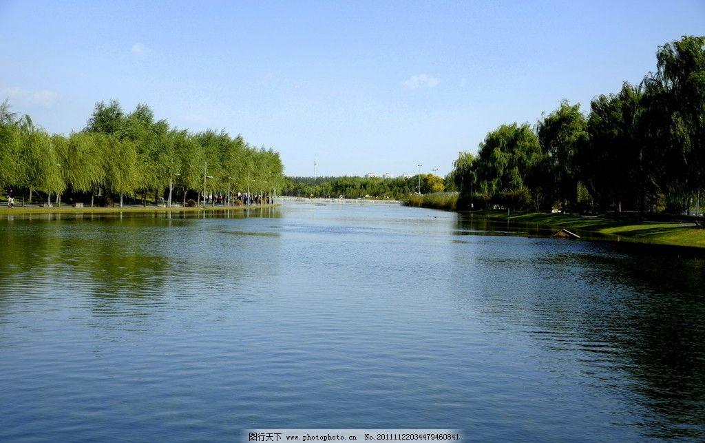 美丽公园宽阔河流 美丽 公园 宽阔 河流 宁静 蓝天 柳树 山水风景