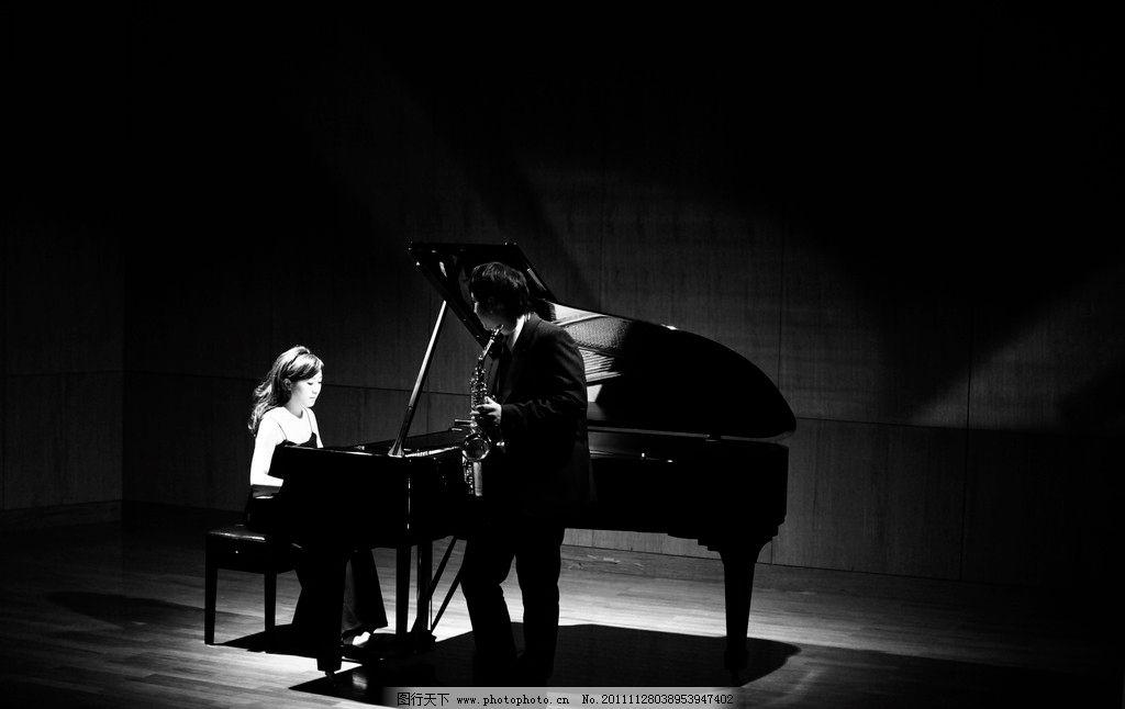 弹钢琴的女孩图片