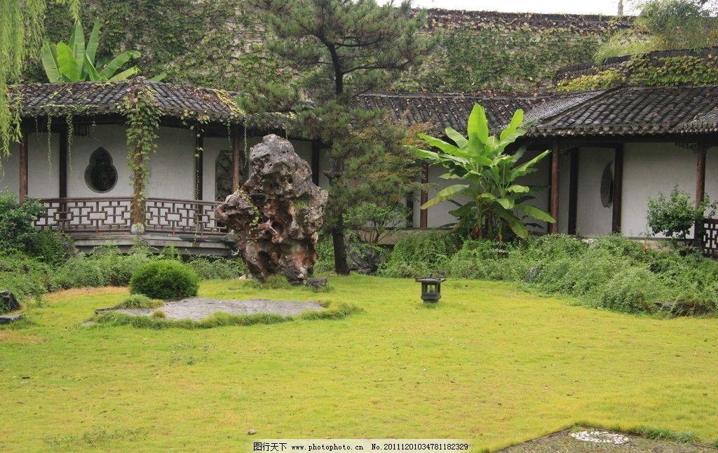 草坪 走廊 回廊 芭蕉 芭蕉树 松树 风景 白墙 黑瓦      建筑景观