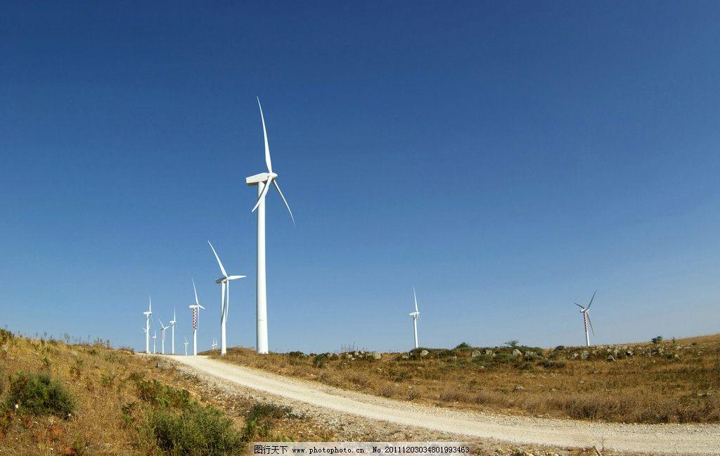 草原风力发风车 风力发电机 特写 道路 空旷 蓝天 草地 绿地图片