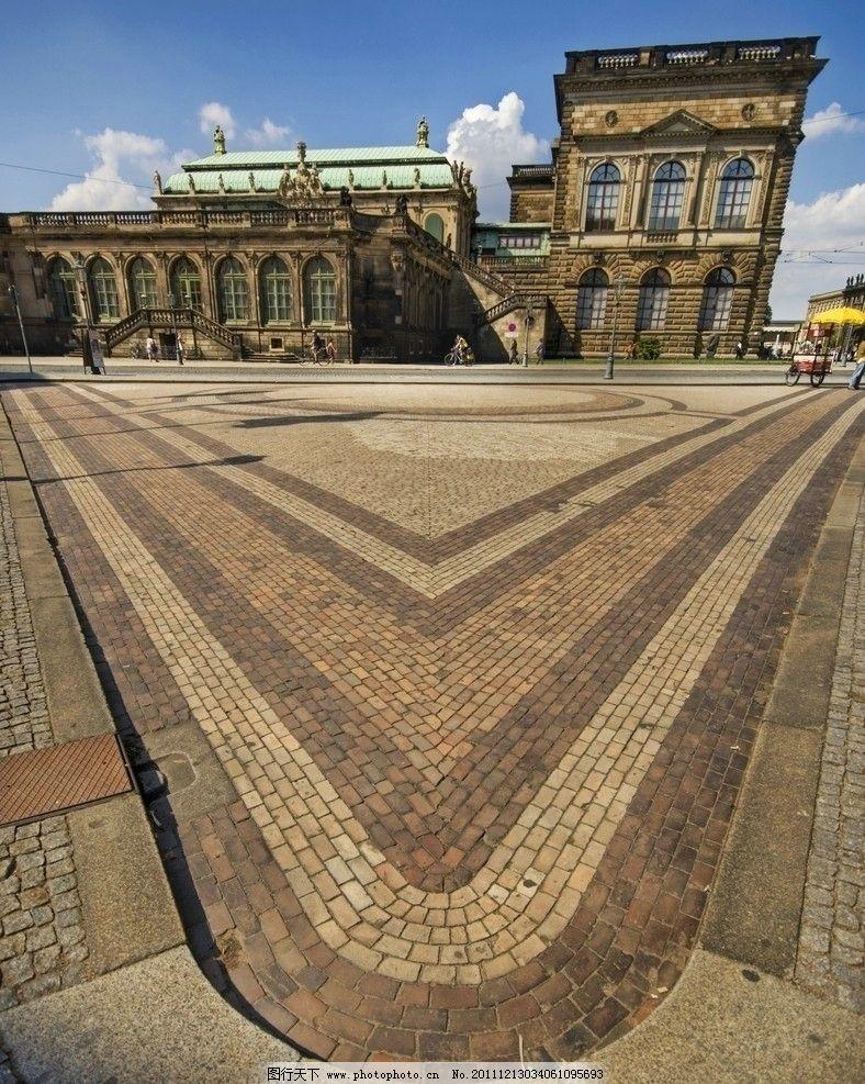 广场街景 广场 欧式建筑 对称构图 蓝天白云 行人 路灯 马路 异域风情图片