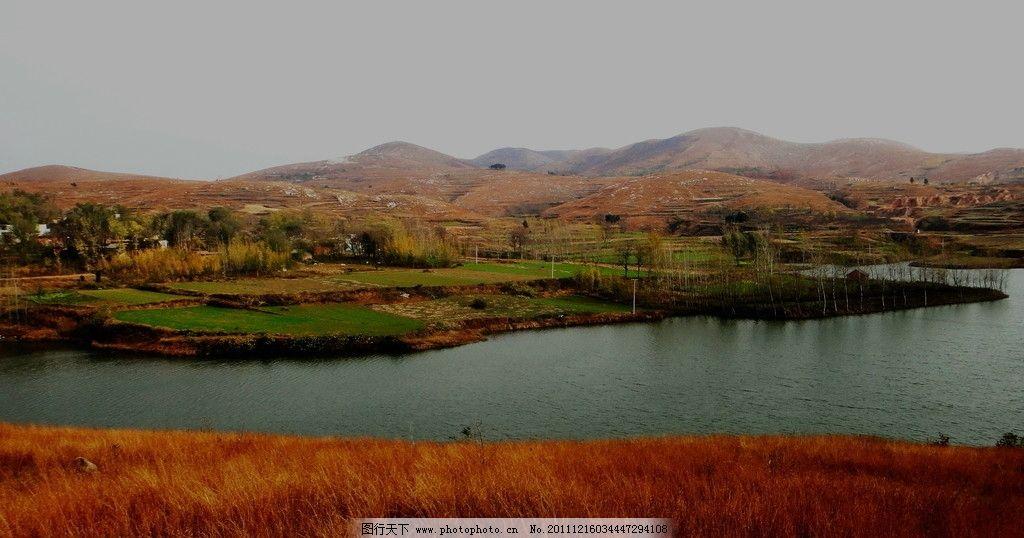 棕色的河岸 河道 草坡 农田 山村 山水风景 自然景观 摄影