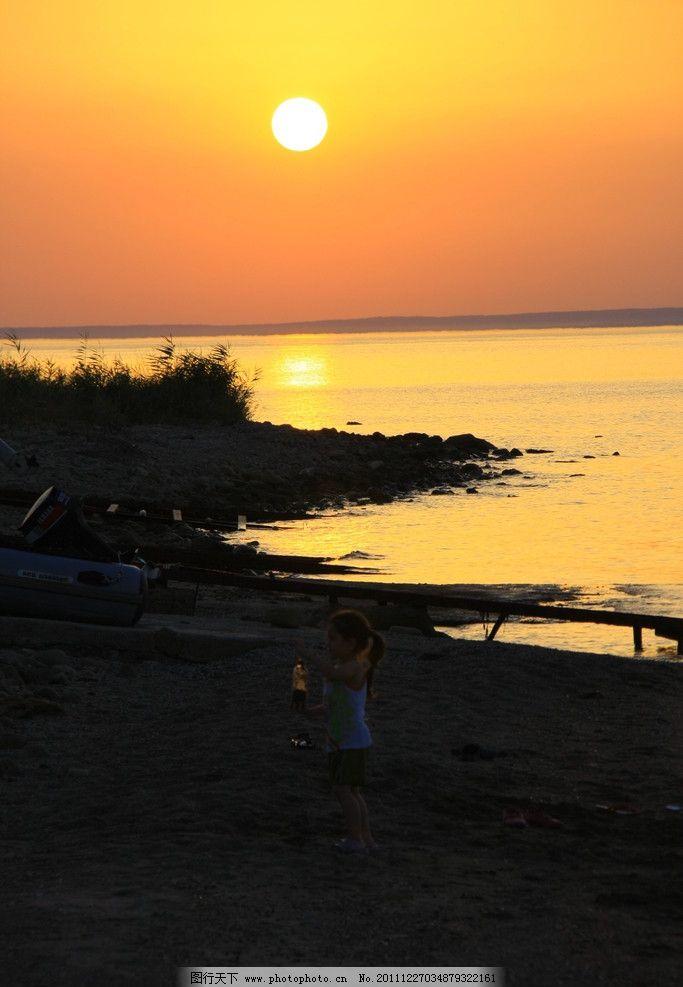夕阳 落日 太阳 天空 河边 河流 水 小女孩 人 金色 黄色